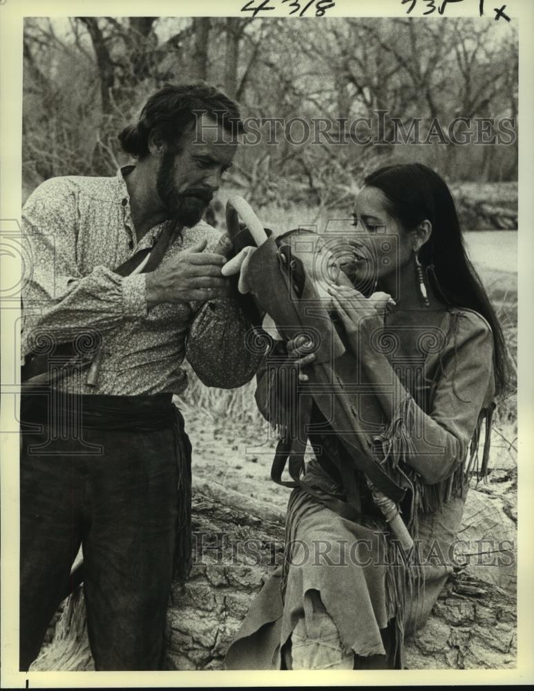 1978 Foto De Prensa Robert Conrad Y Barbara Carrera Centenario