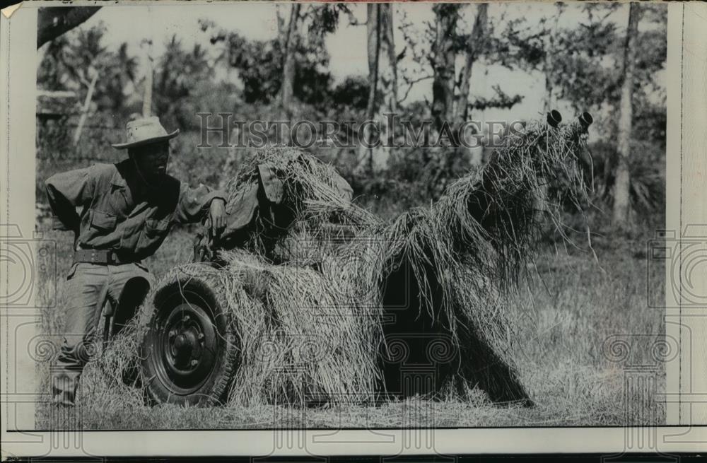 1968 Foto de prensa camboyano soldado guardias antiaéreos arma cerca