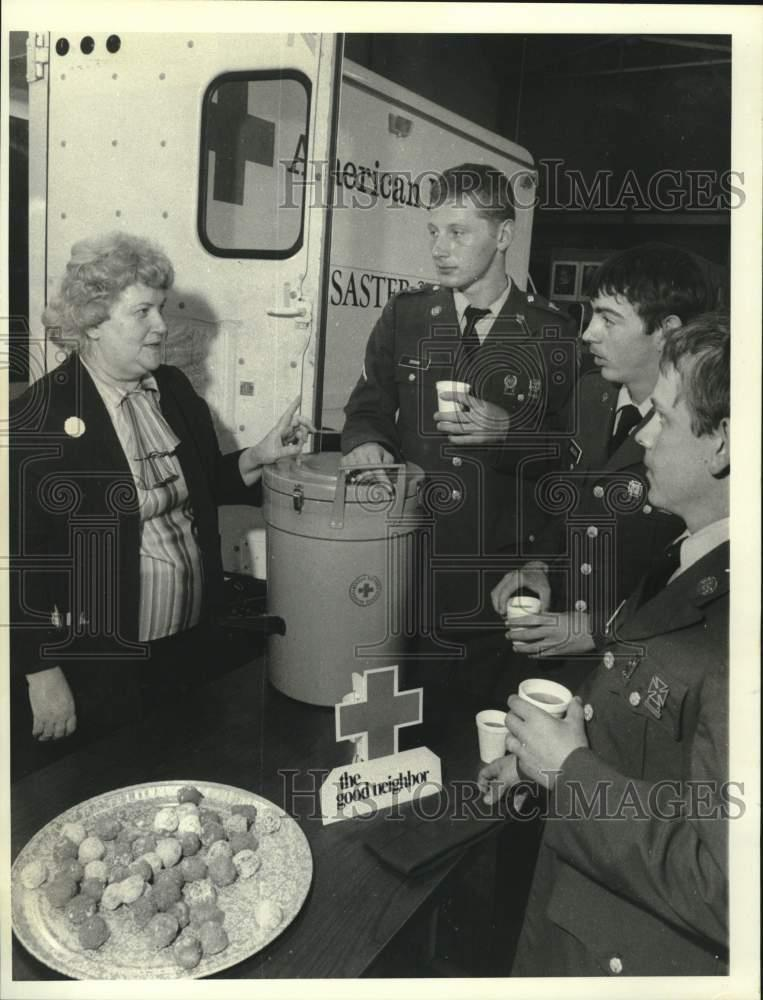 1984 Press Photo Red Cross Director With Soldiers At