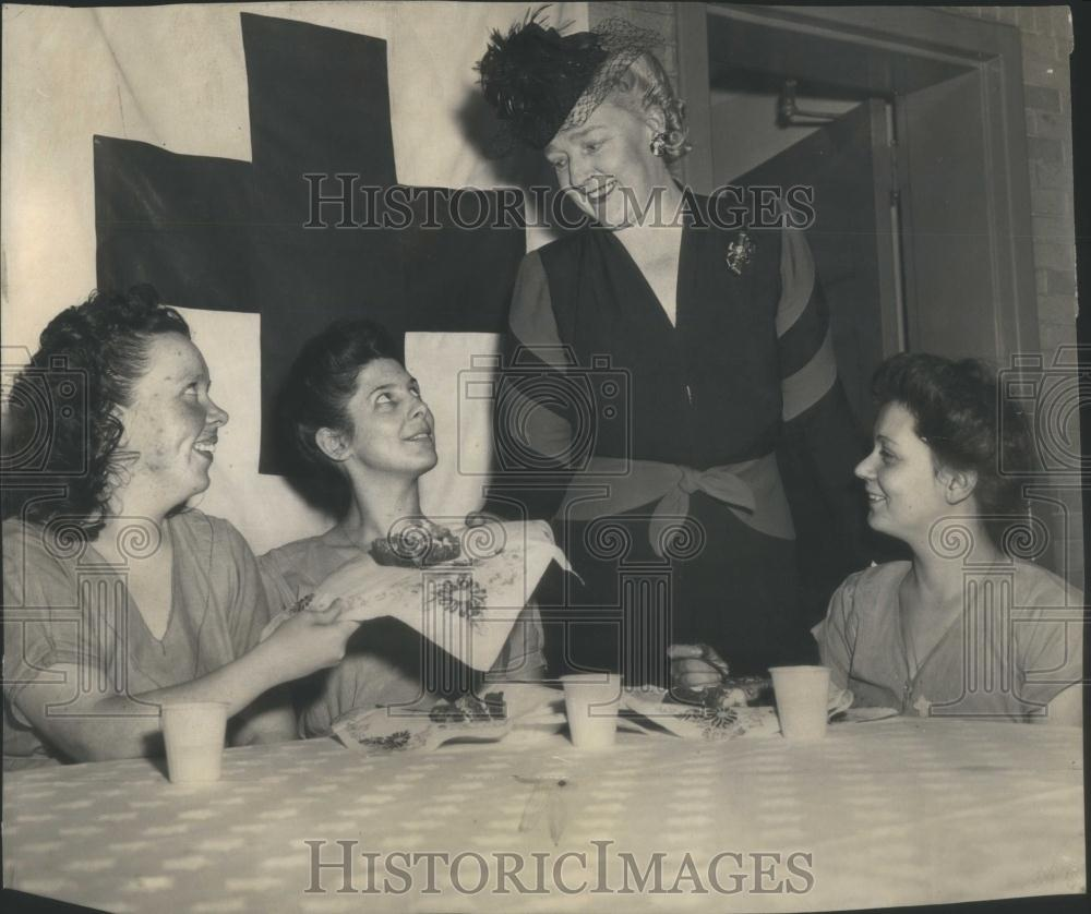 1945 Press Photo Mrs Martha Sain Warden Frank Red Cross