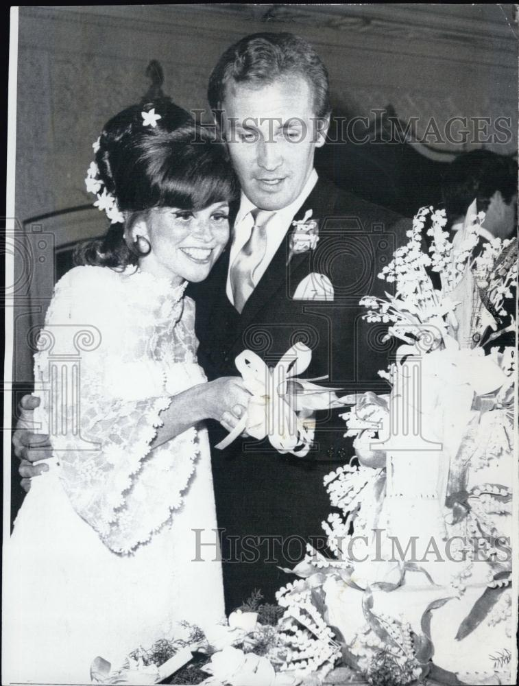 1967 press photo lynn loring and roy thinnes cut the cake