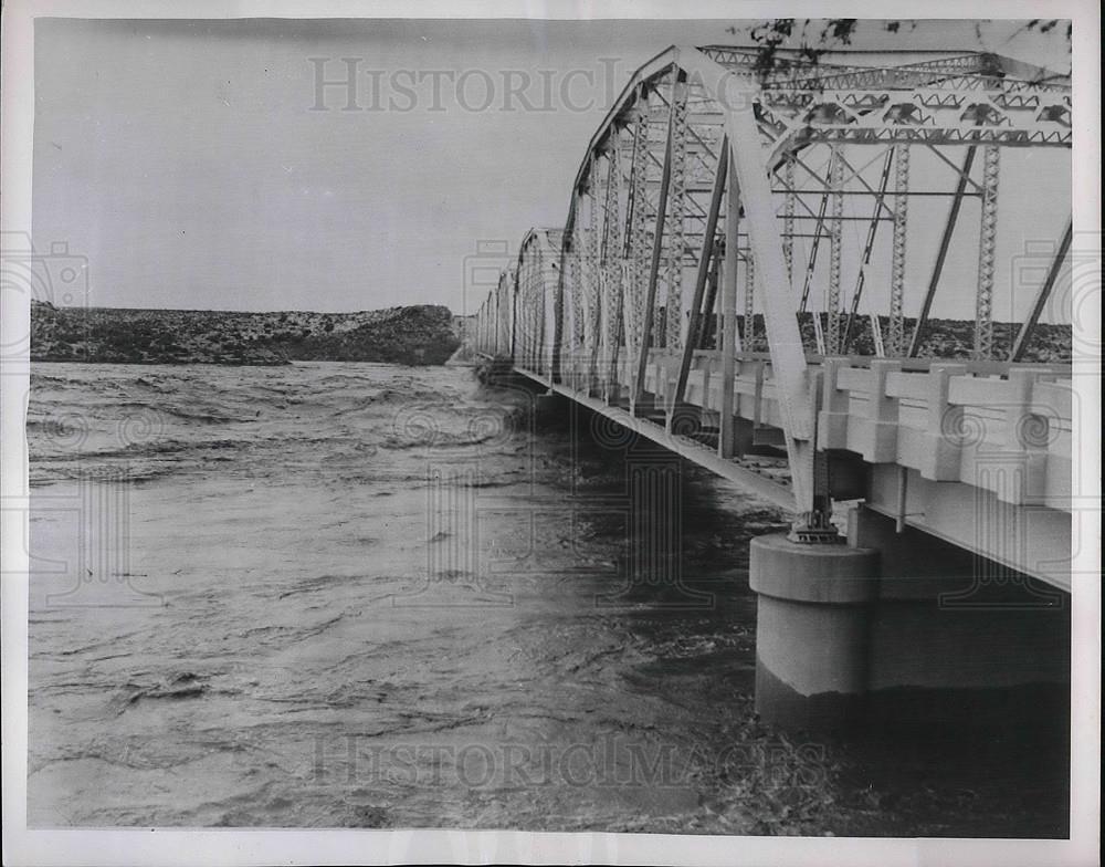 1954 Press Photo Ozona Tx Pecos River Rises Toward Bridge