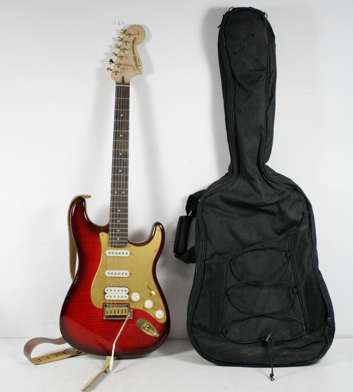 fender squier stratocaster electric guitar in soft carry case ebay. Black Bedroom Furniture Sets. Home Design Ideas