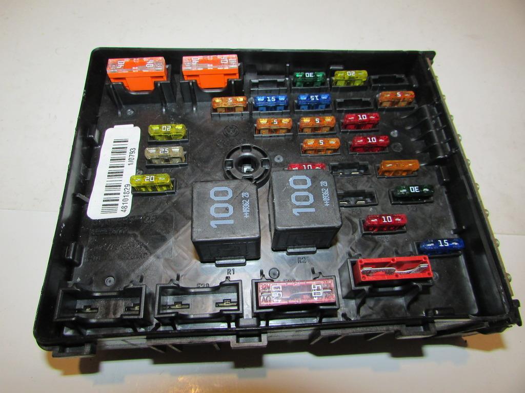 09 12 vw cc 2 0l i4 fsi sport under hood relay fuse box block click to close full size item description 2010 vw cc under hood relay fuse box