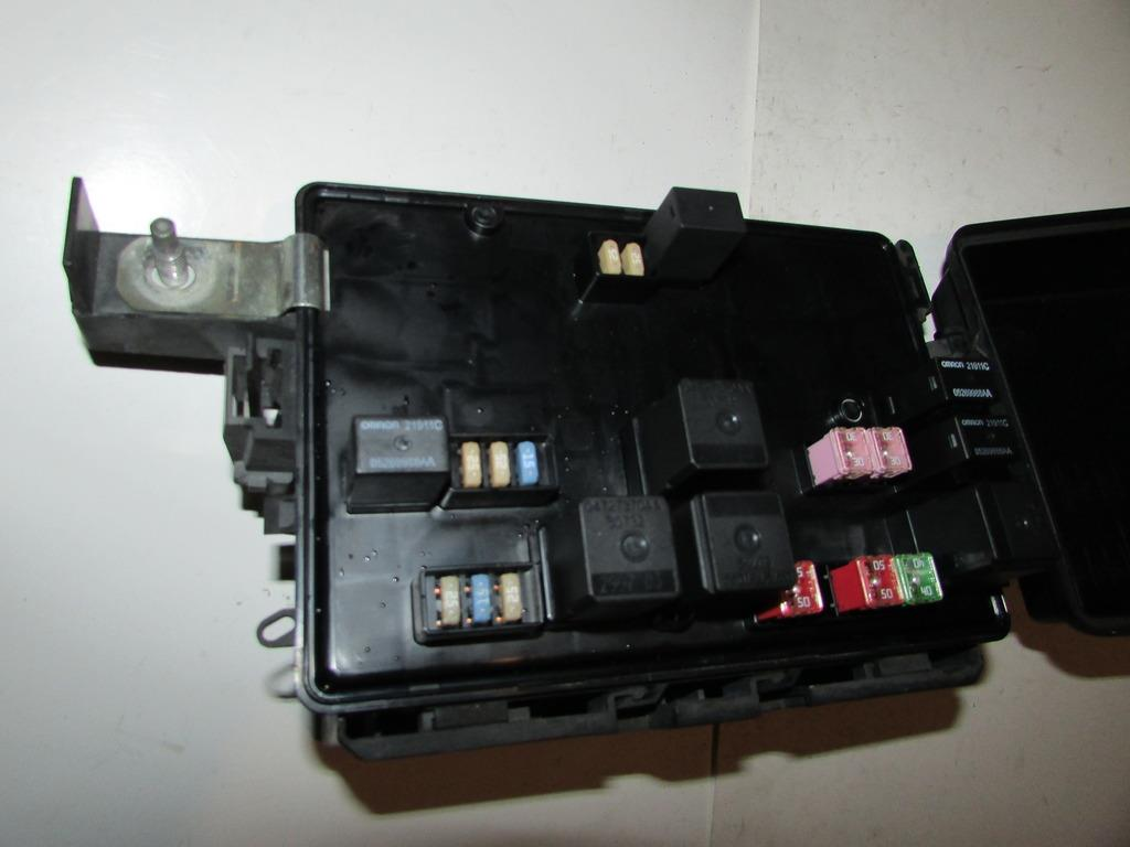04 08 dodge magnum 2 7l v6 mpi under hood relay fuse box. Black Bedroom Furniture Sets. Home Design Ideas