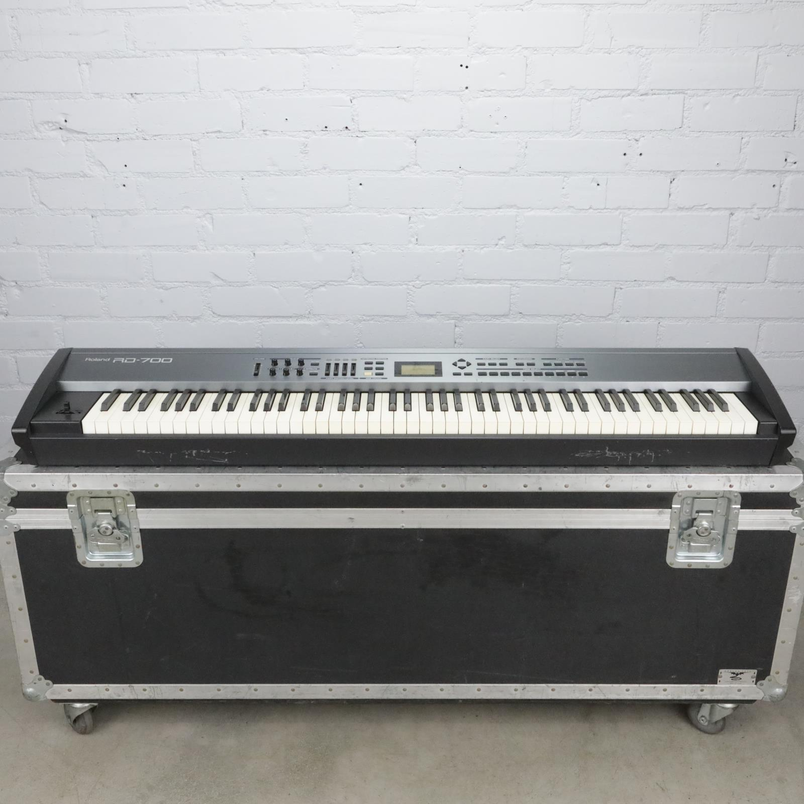 Roland RD-700 Keyboard Stage Piano 88 Weighted Keys w/ Flight Road Case #40732